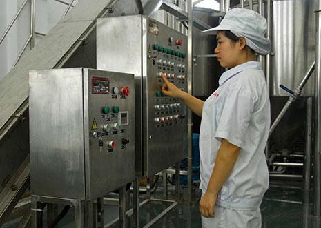 与传统工厂不同,滇池人家的工厂几乎看不到工作人员。电气自动化封闭生产线,一键智能完成生产任务,最大限度减少人为污染